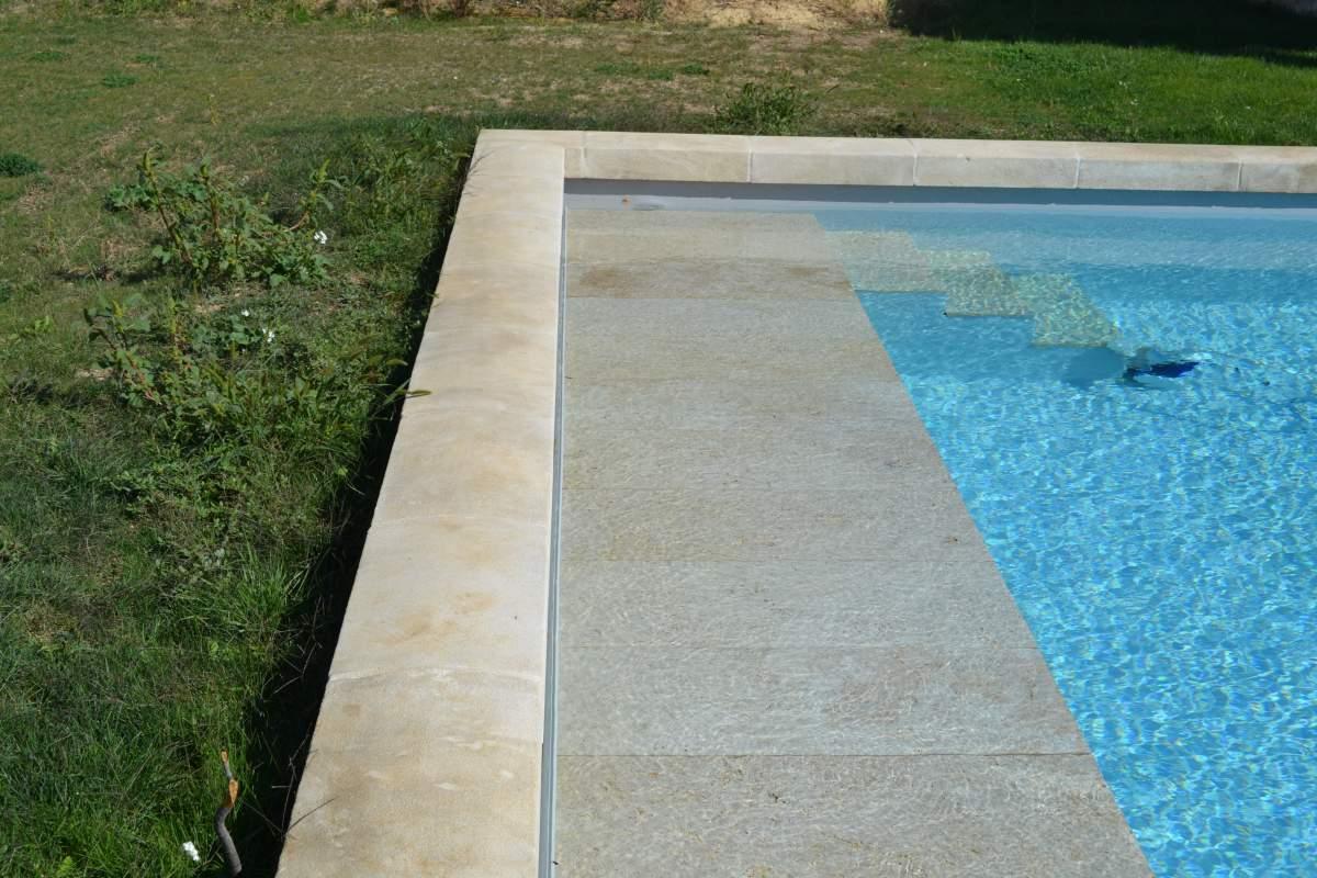 R alisation d 39 une piscine en pvc arm gris clair sur for Realisation piscine beton