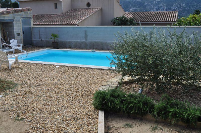 R alisation d 39 une piscine en pvc arm blanc opp de for Blanc gravier piscine