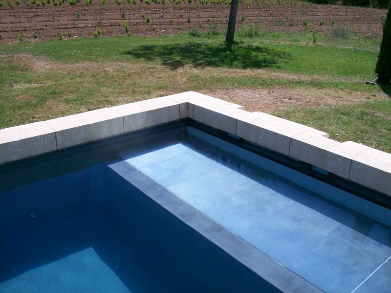 Construction piscine beton realis e a menerbes piscine for Enduit piscine beton