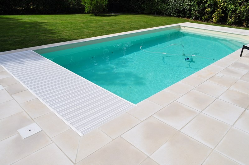 Volet roulant automatique piscine b ton vaucluse inter for Piscine fond beige