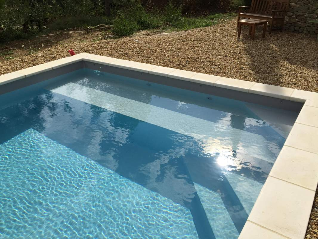 Construction d 39 une piscine sur puget en pvc arm gris for Piscine en pvc arme