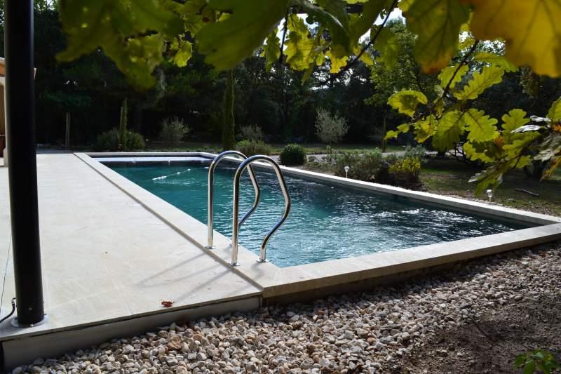 Construction d 39 une piscine en b ton arm lacoste for Finition piscine beton
